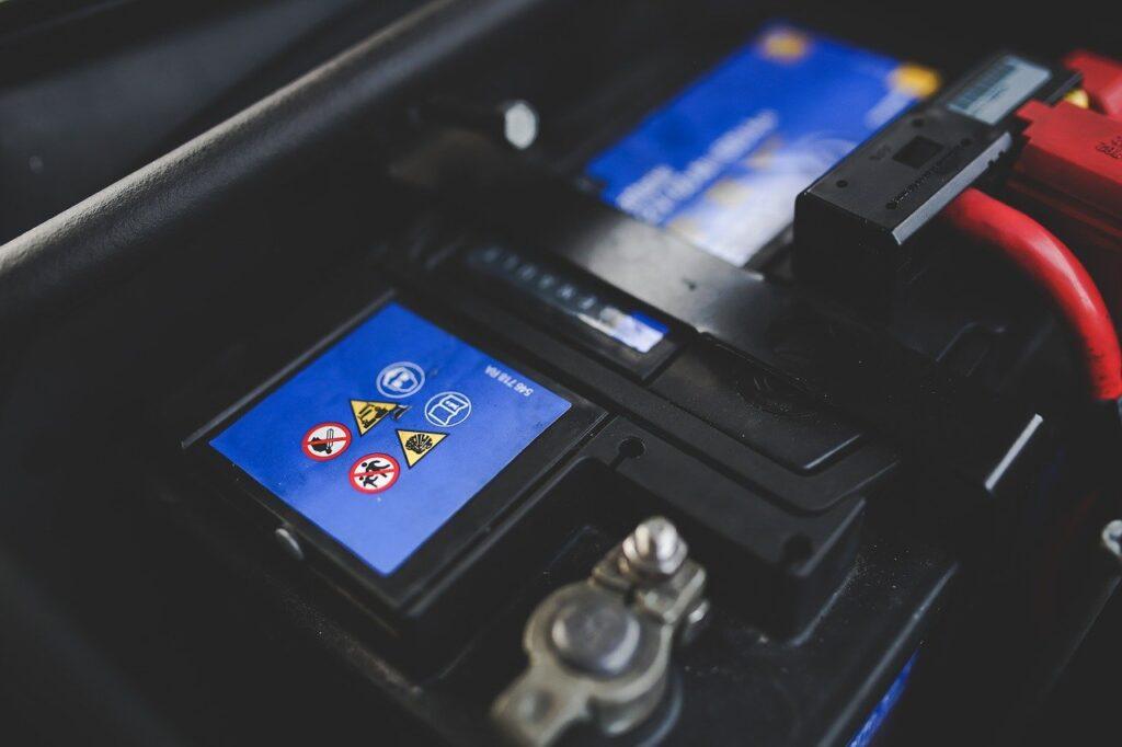 batería de coche, corriente continua a 12v